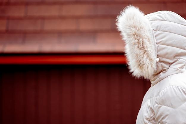 Retrato de uma criança com jaqueta branca com capuz