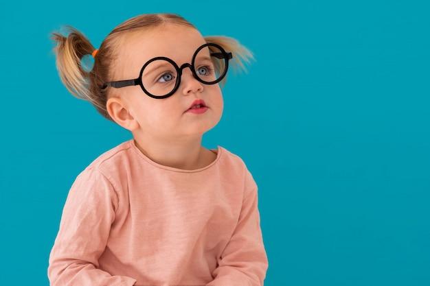 Retrato de uma criança com óculos redondos