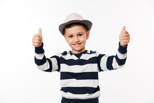 Retrato de uma criança com um chapéu, mostrando os polegares