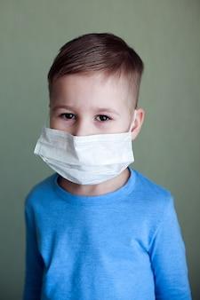 Retrato de uma criança com uma máscara facial. cuidados de saúde.