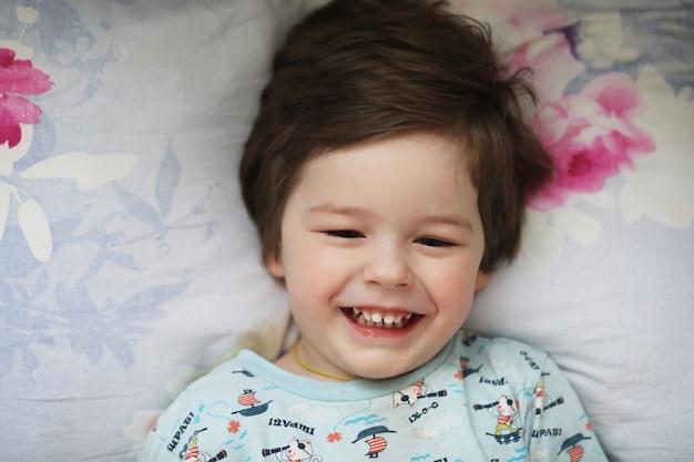 Retrato de uma criança deitada no travesseiro