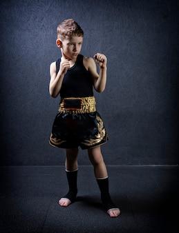 Retrato de uma criança em equipamentos esportivos.