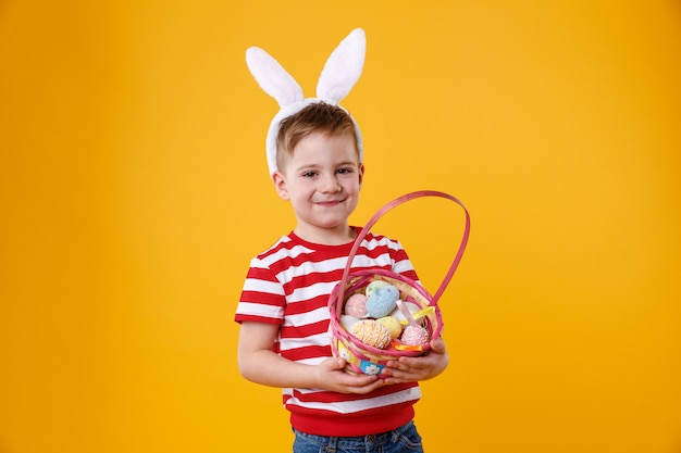 Retrato de uma criança feliz e feliz usando orelhas de coelho