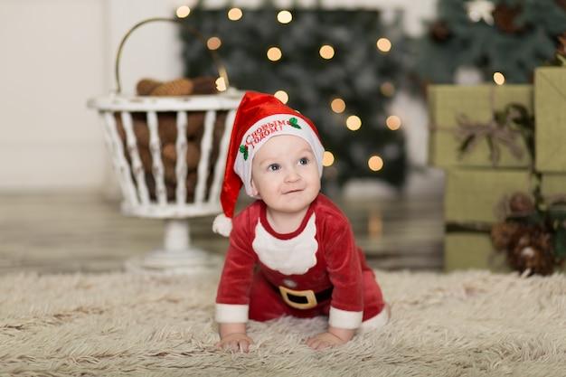Retrato de uma criança fofa brincando no chão com cones para decorar a árvore de natal.
