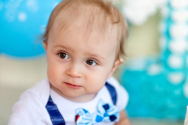 Retrato de uma criança menino l, uma criança de 1 ano, infância feliz, aniversário das crianças