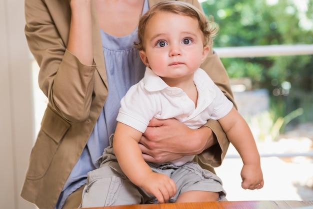 Retrato de uma criança olhando a câmera