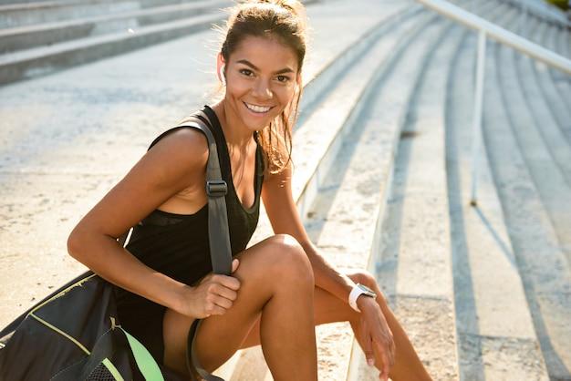 Retrato de uma desportista feliz em fones de ouvido
