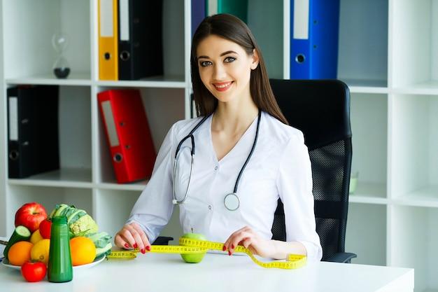 Retrato de uma dietista feliz na sala de luz.