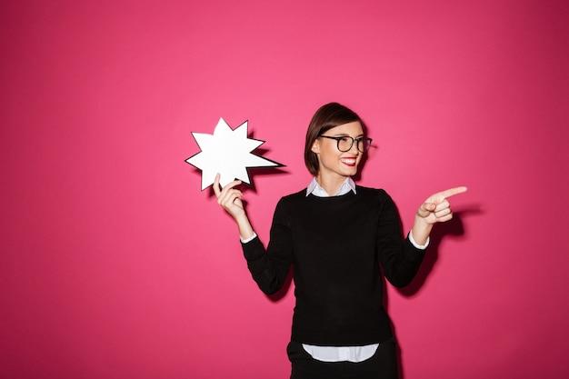 Retrato de uma empresária alegre sorridente com balão de exclamação
