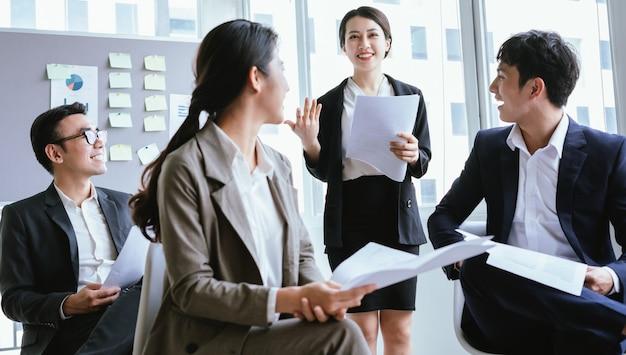 Retrato de uma empresária asiática apresentando seu plano em uma reunião