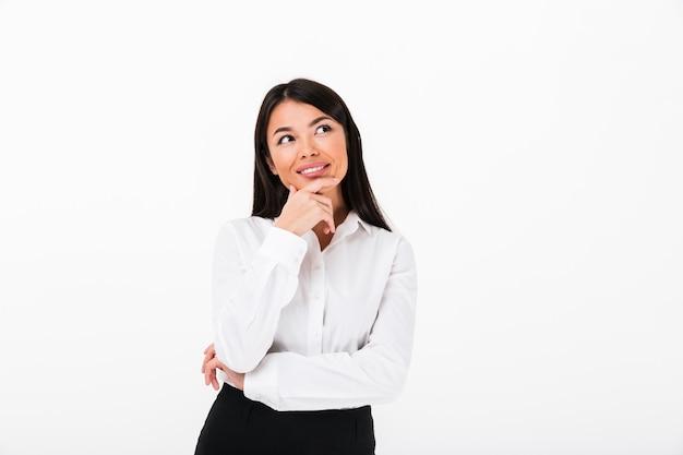 Retrato de uma empresária asiática sorridente pensando