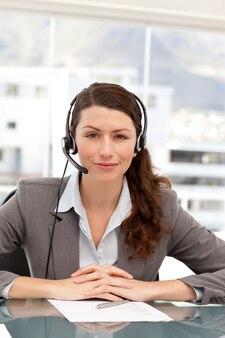 Retrato de uma empresária carismática com fone de ouvido