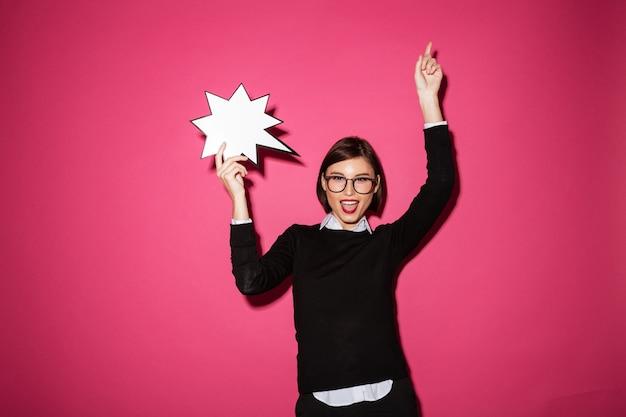 Retrato de uma empresária feliz sorridente com balão de exclamação