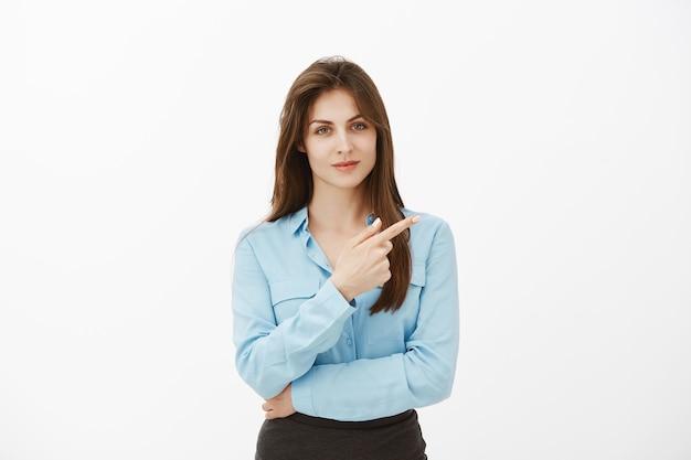 Retrato de uma empresária morena confiante posando no estúdio