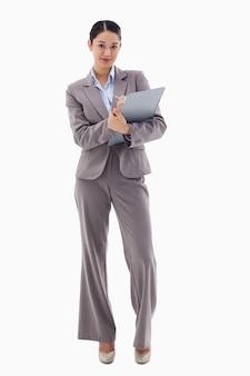 Retrato de uma empresária morena tomando notas
