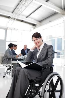 Retrato de uma empresária sorridente em um wheechair
