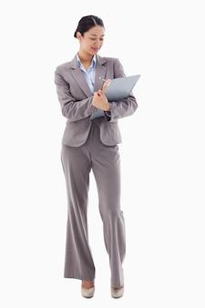 Retrato de uma empresária sorridente tomando notas