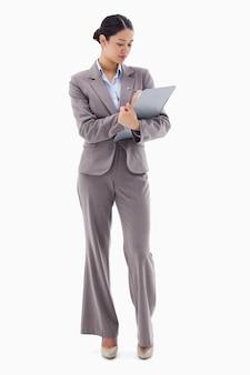 Retrato de uma empresária tomando notas