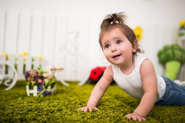 Retrato de uma encantadora menina de olhos castanhos