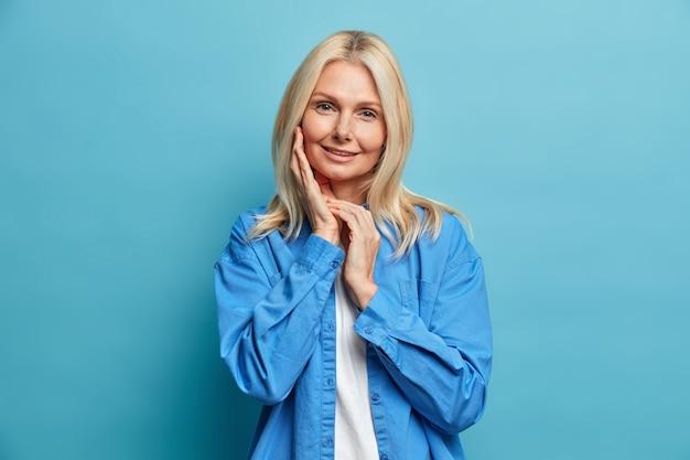 Retrato de uma encantadora mulher atraente de meia-idade com cabelo loiro