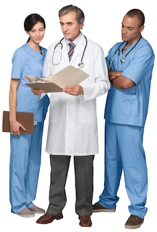 Retrato de uma enfermeira e médicos olhando para uma prancheta