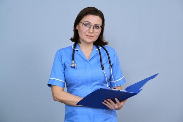Retrato de uma enfermeira madura segurando uma prancheta