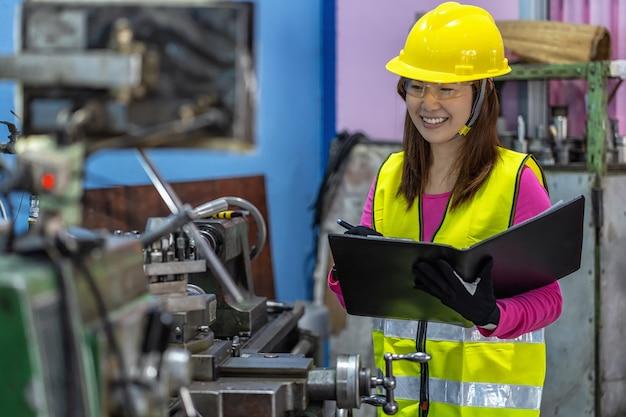 Retrato de uma engenheira de vendas asiática verificando a lista de empregos no papel