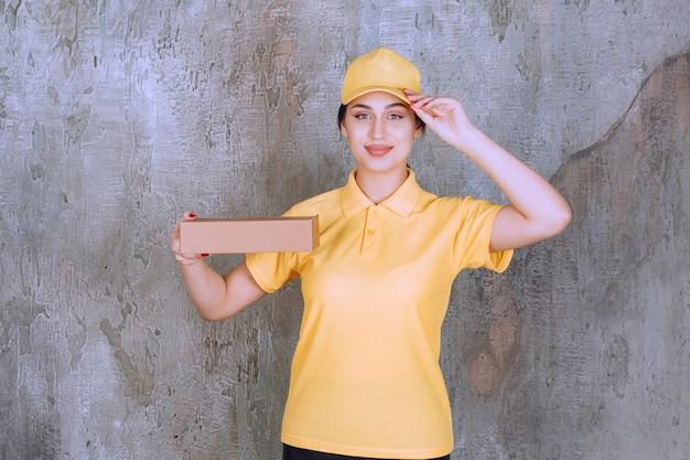 Retrato de uma entregadora segurando uma caixa de papelão