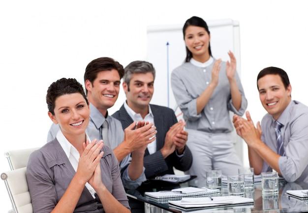Retrato de uma equipe de negócios sentados juntos