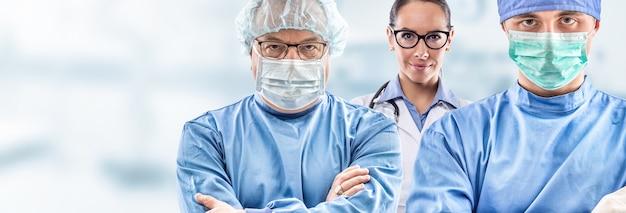 Retrato de uma equipe de três médicos com máscara facial.
