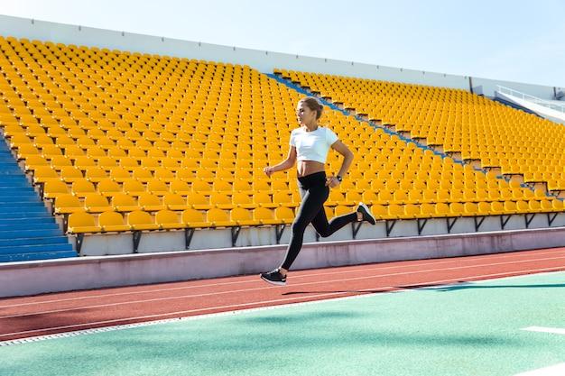 Retrato de uma esportista correndo no estádio