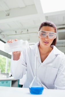 Retrato de uma estudante de ciências feminina vazando líquido