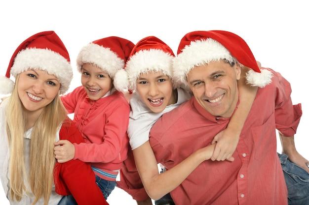 Retrato de uma família adorável usando bonés de natal