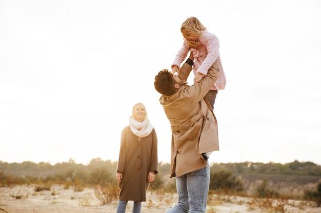 Retrato de uma família alegre com uma filha pequena