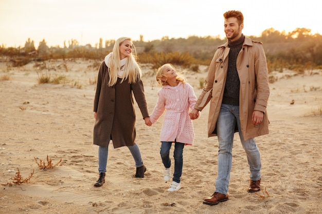 Retrato de uma família feliz com uma filha pequena