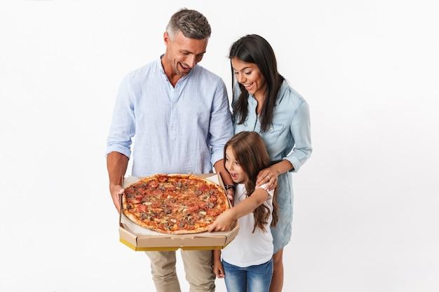 Retrato de uma família feliz comendo pizza