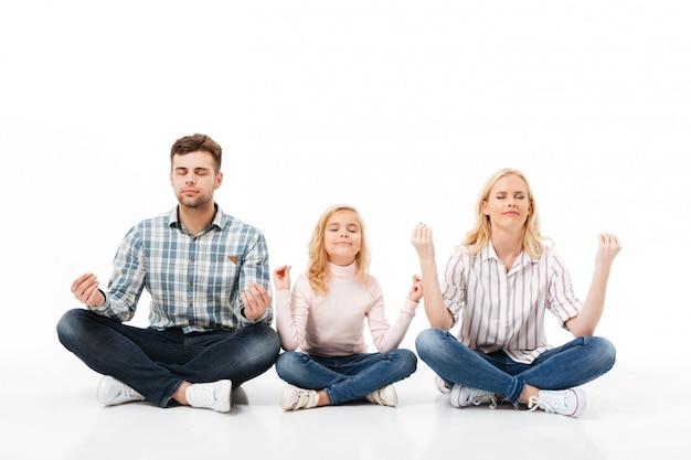 Retrato de uma família feliz meditando