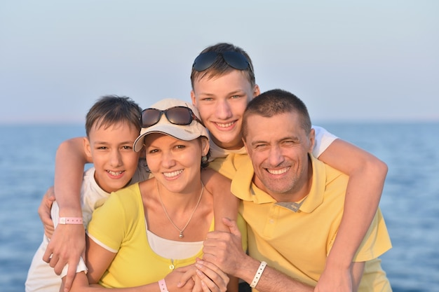 Retrato de uma família feliz na praia no verão