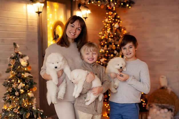 Retrato de uma família feliz na varanda de inverno, esperando o ano novo e feliz natal