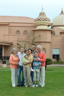 Retrato de uma família feliz relaxando em um resort de férias