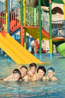 Retrato de uma família feliz relaxando na piscina