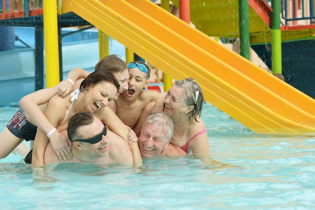 Retrato de uma família feliz se divertindo na piscina