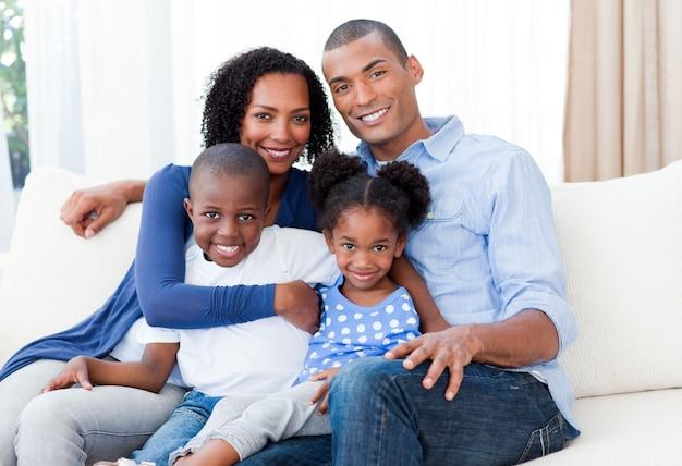 Retrato de uma família sorridente afro-americana