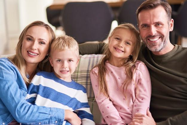 Retrato de uma família sorridente com dois filhos