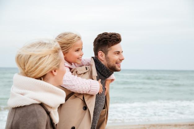 Retrato de uma família sorridente com uma filha pequena