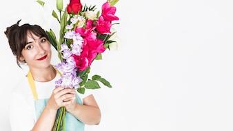 Retrato de uma florista feminina sorridente com ramo de flores