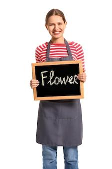 Retrato de uma florista segurando uma lousa com a palavra flor em branco