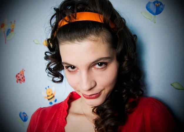 Retrato de uma garota encaracolada