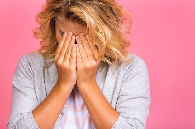 Retrato de uma garota hispânica chorando criança estressada cética e nervosa, carrancuda e chateada por causa do problema