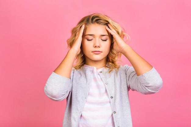 Retrato de uma garota hispânica de criança estressada com raiva cética e nervosa, carrancuda e chateada por causa do problema